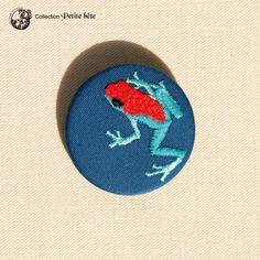 Petite broche brodée grenouille bleu et orange
