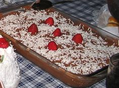 Receita de Pavê de Chocolate - Ingredientes :, 1 caixa pequena de chocolate em pó, 1 pacote. de manteiga sem sal, 3 xícaras de açúcar, 3 gemas, 2 latas de creme de leite bem gelado, 1 pacote. de bolacha maizena