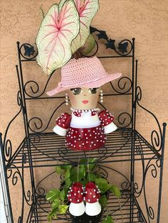 Learn how to make clay pot people quickly and easily. 25 Incredible uses of terracotta pots that will inspire you An angel. Clay Pot Projects, Clay Pot Crafts, Crafts To Do, Diy Crafts, Flower Pot Art, Clay Flower Pots, Flower Pot Crafts, Flower Pot People, Clay Pot People