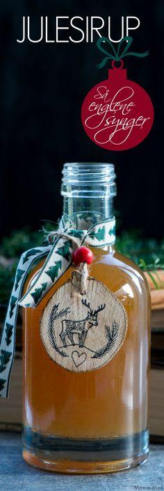 Hjemmelavet julesirup er så nemt at lave og smager helt vidunderligt af alle julens krydderier. Brug den til pandekager, klatkager, på din morgen skyr, i desserter og i alle julens dejlige varme drikke. Juleopskrift fra Marinas Mad