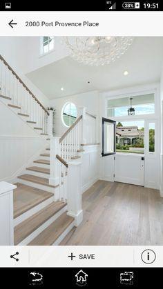 Wit met hout. Deze trap is zonder draai.