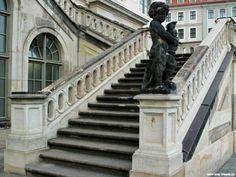 Fürstlich führt die Steintreppe am Verkehrsmuseum in Dresden nach oben. Photo wwww.smg-treppen.de #smgtreppen