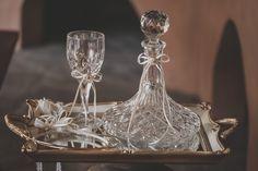Σετ γάμου με διακόσμηση διακριτική και ουδέτερη για να ταιριάζει με τα στέφανα της επιλογής σας Μπορείτε να επιλέξετε δίσκο-καράφα-ποτήρι από διαφορετικές εικόνες για να δημιουργήσετε το δικό σας σετ, άλλωστε γι'αυτό πωλούνται και χωριστά Δίσκος 48€, κρυστάλλινη καράφα 54€, κρυστάλλινο ποτήρι 20€. Αν θέλετε μπορείτε να επιλέξετε κουτάκι ή μαξιλαράκι για τις βέρες που θα βρείτε σε αντίστοιχη κατηγορία. Στην τιμή συμπεριλαμβάνεται ΦΠΑ 24%.