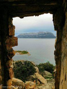 Tavolara vista da dentro la torretta di Capo Ceraso