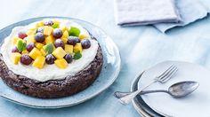 Suklainen kakku maistuu erityisesti pääsiäisenä. Koristele kakku mielesi mukaan hedelmillä tai vaikka pienillä suklaamunilla. Tämäkin resepti vain n. 0,70€/annos*.
