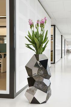 House Plants Decor, Plant Decor, Large Plant Pots, Large Floral Arrangements, Futuristisches Design, Home Garden Design, Cafe Interior Design, Decorative Planters, Interior Plants