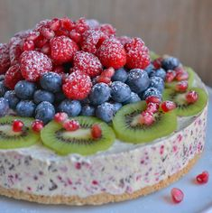 Fresh ice cream cake with berries and dark chocolate Shugary Sweets, Norwegian Food, Dessert Sauces, Pudding Desserts, Piece Of Cakes, Let Them Eat Cake, Toffee, Vegan, Food Inspiration