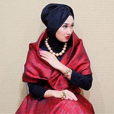 Gaya Hijab Turban Dian Pelangi seperti yang tampak diatas dapat dijadikan inspirasi kita saat menghadiri pesta sebuah perayaan ataupun menghadiri undangan pernikahan.