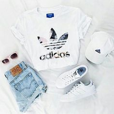 Hangout and chill vibes. You just gotta love Adidas. Tag your friends. Foto by @originhal #flatlay #flatlayapp #flatlays