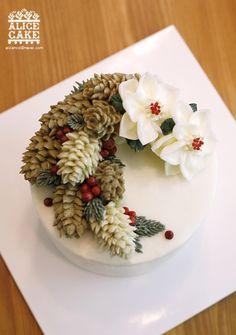앨리스의 크리스마스 케이크로 선보이는뉴 파인콘 케이크입니다. 기존에 파이핑하던 스탈에서 벗어나새롭게...
