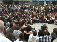 """Fecha: 19/5/11. Hora: 12.21. Tuit original: """"Empieza la asamblea #acampadasol #nonosvamos""""."""