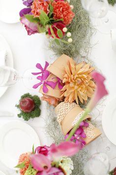 テーブルのお花は、山の緑に負けないように〜