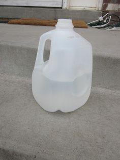 Take an empty milk jug and fill it about half full of water. Line up several milk jugs along the path you. Diy Christmas Yard Decorations, Hanger Christmas Tree, Hanging Christmas Lights, Christmas Crafts To Make, Holiday Lights, Christmas Projects, Christmas Ideas, Lawn Decorations, Holiday Decorating
