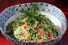 Le Taboulé c'est le fleuron de la cuisine libanaise et une bonne habitude de la cuisine arménienne. On utilise désormais cette dénomination pour toutes les salades qui incluent des petits grains de quelque chose : taboulé de quinoa, de choux fleurs,...... Fried Rice, Food Art, Green Beans, Fries, Vegetables, Quelque Chose, Cooking, Ethnic Recipes, Inspiration