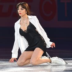 Evgenia Medvedeva Figure Skating Competition Dresses, Figure Skating Outfits, Ice Skating Dresses, Hot Figure Skaters, Ice Skaters, Kurt Browning, Russian Figure Skater, Medvedeva, Women Figure