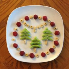 Raspberries, kiwis, and cereal. Christmas Snacks, Xmas Food, Christmas Breakfast, Christmas Baking, Baking With Toddlers, Cooking With Kids, Cute Food, Good Food, Kreative Snacks