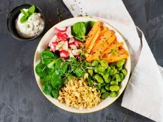Clean-Eating-Abendessen Rezepte Zucchini, Superfood, Avocado Toast, Cobb Salad, Healthy Recipes, Healthy Food, Food And Drink, Low Carb, Chicken