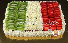 torta bandiera dell'Italia, nuovo tutorial su http://www.polveredizucchero.com/2015/06/tutorial-per-dolcideeit-torta-tricolore.html flag cake with strawberries and kiwi