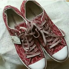 Converse low top sneaker Great Converse shoe. It's almost a tapestry design as my guess. Burgundy, gold, and white. Selling for a friend. Unique style. Size 9 mens= 11 womens Converse Shoes Sneakers