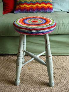 Crochet cover for Ikea stool Crochet Cushions, Crochet Yarn, Crochet Granny, Crochet Hooks, Free Crochet, Bar Stool Covers, Chair Covers, How To Make Pillows, Diy Pillows