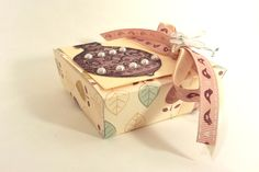 Wonderful hand-made packaging perfect for a small gift. Calm colors are suitable character pack .In the middle four Dreamy Dreams with milk chocolate almonds and honey.box decorated in ethnic style and very exotic, beautiful gift
