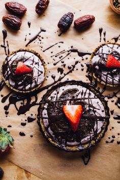 raw strawberry goddess & superfood chocolate swirl tarts no bake, real food goodness! vegan gluten free recipe via will frolic for food Brownie Desserts, Oreo Dessert, Mini Desserts, Raw Vegan Desserts, Vegan Treats, Gluten Free Desserts, Healthy Treats, Raw Food Recipes, Sweet Recipes