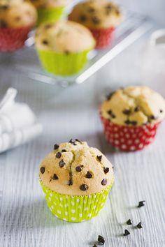 Le tortine più famose e amate al mondo, i muffins. Segui la mia collaudata ricetta per preparare dei deliziosi muffin con gocce di cioccolato.