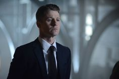 New Gotham photos have been released online, teasing episode of the new season which sees the debut of Michael Chiklis as Captain Barnes. Gotham Episodes, Tv Episodes, Ben Mckenzie Gotham, Jim Gordon Gotham, Benjamin Mckenzie, Batman Show, Gotham Characters, Michael Chiklis, Gotham News