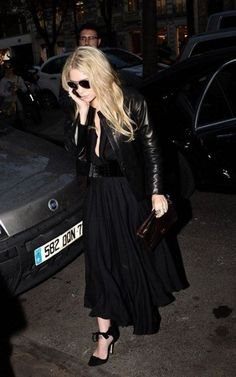 Gallery of photos showing Ashley Olsen styles. Ashley Olsen dress sense, clothes, accessories and hairstyles. All Black Fashion, All Black Outfit, Autumn Fashion, Black Outfits, Paris Fashion, Olsen Fashion, Winter Outfits, Ashley Olsen Style, Olsen Twins Style