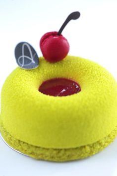 Miam la couleur ! Amarina (Sour Cherry Jelly, Light Pistachio Mousse, Pistachio Financier, Mini Macaroon) | Petite Amanda