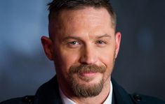 Need a masculine way to flatter your face? These 30 goatee beard and mustache goatee looks offer up classic men's facial hair styles to fit any face shape. Short Curly Weave Hairstyles, Hairstyles For Round Faces, Haircuts For Men, Men Hairstyles, Trending Hairstyles, Mustache And Goatee, Goatee Beard, Goatee Styles, Beard Styles