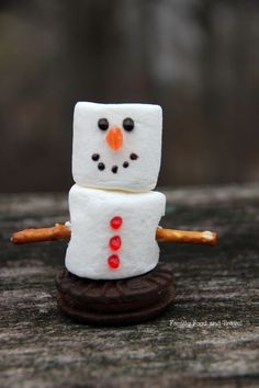 Easy to make Marshmallow Snowmen - perfect activity for kids this holiday - Family Food And Travel #snowmen #foodcraft #winter