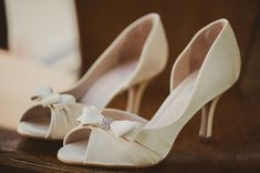 Sapatos da noiva | Wedding shoes | Bride's shoes | Bride | Noiva | Inesquecível casamento | Sapato branco | Sapato clássico | White shoes | Salto da noiva