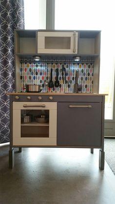 To do lijstje: enkele panelen schilderen; nieuwe handgrepen (IKEA Varnhem); knoppen toevoegen; achterwand maken en bekleden met plakfolie; zelfklevende led-lampjes. #IKEA #kitchen #DuktigKeukenHack #Duktig