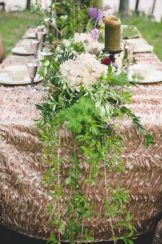 Corredor da tabela Floral | Bit of Photography Marfim & Palette de Pétalas | ver mais em: http://burnettsboards.com/2014/05/disneys-maleficent-inspired-wedding/ #tablescape