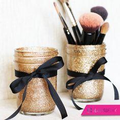 Una forma cool de guardar tus brochas es ponerlas en frascos decorados por ti misma, organización que luce bien.  #DIY