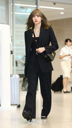 BLACKPINK Lisa was spotted arriving at Incheon International Airport on Wednesday, June 2019 back from Paris after attending CELINE Paris Men's Fashion Week on June Blackpink Outfits, Classy Outfits, Korean Outfits, Fashion Outfits, Blackpink Fashion, Asian Fashion, Curvy Fashion, Womens Fashion, Petite Fashion