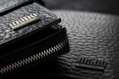 Gaudio, lat.  Vergnügen, Freude: Die charakteristische Ledernarbung in Kombination mit dem dekorativen Mano Band  bestimmt den authentischen Charakter dieser Linie: ein reines Vergnügen für jeden Liebhaber außergewöhnlicher Taschen.