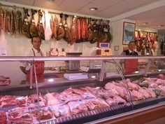 Este es el interior la carnicería. Hay mucho carne.
