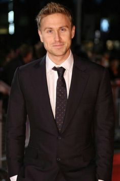 Russell Howard. In a suit.  Sweet fucking Lord.