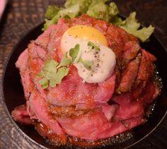 ③RED ROCK(高田馬場)  神戸で有名な肉バルが高田馬場に関東初出店されたことで有名なお店。看板メニューはローストビーフ丼!赤みのローストビーフが積み重ねられた丼ぶりはまさにその名のとおり「レッドロック」。今話題のお店なため、行列覚悟です。