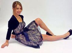 Tagsüber oder abends - die kurzen Kleider gehen selbst im Winter. Es zeigt Ihre feminine Seite.