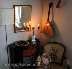 Den gamle kommode i gæsteværelser er pyntet op med maling og 3-armet Pyramide #Lysestage / Pyramid #Candelabra #DavidMarshallDesign #Inredning www.artkaderne.dk/Lysestager