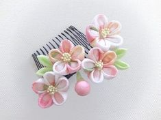 白とピンクの淡い色合いにきゅんとしてしまう春にぴったりの桜のコーム。 Kanzashi Flowers, Japanese Flowers, Ribbon Hair, Hair Ornaments, Fashion Fabric, Japanese Culture, Textiles, Craft Fairs, Fabric Flowers