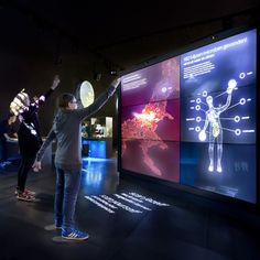 When people stands in front of the screen, 'scan your body' appears and they will be 'scanned' onto the display screen. People are able to learn about the microorganisms of human body in a playful way. Interactive Exhibition, Interactive Walls, Interactive Display, Exhibition Booth, Exhibition Space, Interactive Design, Display Design, Booth Design, Interaktives Museum