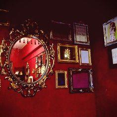 女性で、のゴシック/ウォールデコ/赤い壁/鏡/赤/雑貨…などについてのインテリア実例を紹介。「不気味」(この写真は 2014-11-08 03:49:27 に共有されました) Lizzie Hearts, I See Red, Sparks Joy, Flat Interior, Bedroom Red, Red Rooms, City Aesthetic, Pink Bedding, Red Walls