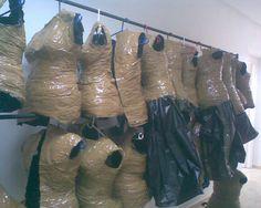 moulage du corps avec des sacs en plastique et du scotch. Spirit Costumes, Dress Form, Fashion Fabric, Pattern Blocks, Cut And Style, Scotch, Combat Boots, Flat, Bags