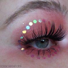 """188 gilla-markeringar, 2 kommentarer - cassandra (@rosacassandra) på Instagram: """"Gentle reminder that this color and this glitter is my fave @limecrimemakeup Venus Palette,…"""""""