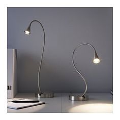De lamp heeft een dubbele functie - je kan hem gebruiken als bureaulamp of hem aan de wand monteren als wandlamp. De lamparm is verstelbaar, waardoor je het licht kan richten. De led-lichtbron verbruikt tot ca. 85% minder energie en heeft een 20 keer langere levensduur dan gloeilampen.