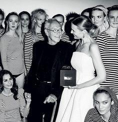 Et ELLE Style Awards-øjeblik vi aldrig glemmer var da Jørgen Nørgaard modtog ELLE-prisen i 2014. Prisen blev overrakt af ELLEs chefredaktrice Cecilie Ingdal omgivet af 25 modeller iført Nørgaards ikoniske 101-T-shirt. Der var ikke et øje tørtVi har samlet de største øjeblikke fra ELLE Style Awards de sidste fire år i vores særlige ELLE #100-magasinPsst... Køb billet til dette års ELLE Style Awards den 23. maj på ELLE.dk/billet #ELLE100 #ESAøjeblikke #ELLEStyleAwards #jørgennørgaard #101  via…